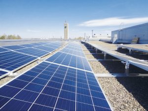 Kuvassa aurinkopaneelit Kapyysin katolla.
