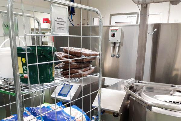 Ammattikeittiön kylmäruokakeittiössä sykkivät lämpimät sydämet -artikkelikuva