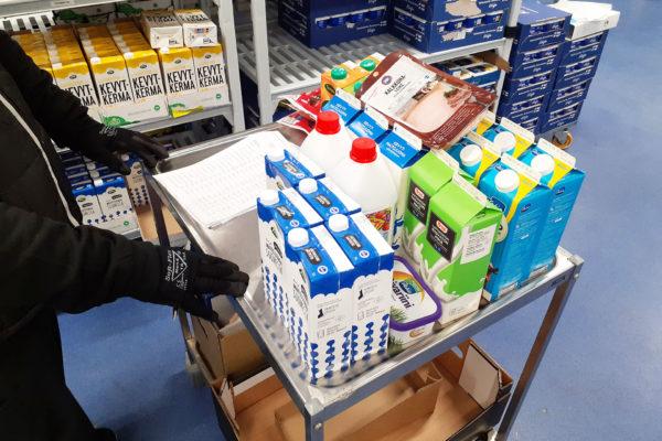 Ammattikeittiön varastolla tunnetaan tuotteet ja tuotannon tilaustarpeet -artikkelikuva